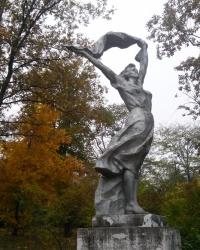 Скульптура девушки с шарфом на Хортице