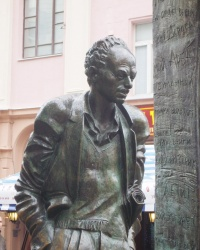 Памятник Булату Окуджаве в Москве