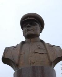 Бюст Н.Ф.Ватутина в центре Донецка