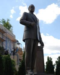 Памятник Гейдару Алиеву в Киеве