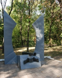 Памятник павшим за власть советов в горсаду Мариуполя