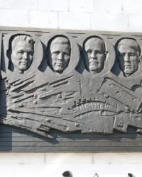 Мемориальный знак с барельефами членов подпольной группы на Симферопольском ж/д вокзале