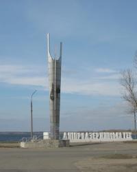 Памятный знак при въезде на плотину Днепродзержинской ГЭС