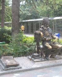 Памятник основателю ялтинской киностудии Александру Ханжонкову
