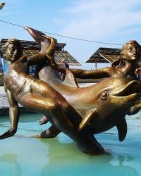 Дельфин c детьми