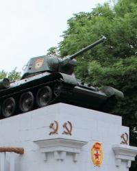 Танк Т-34-76 на постаменте в Сквере танкистов