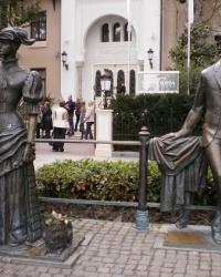 Скульптурная композиция «Антон Чехов и дама с собачкой» в г.Ялте