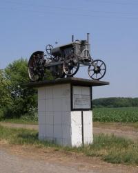 """Памятник трактор """"Универсал"""" в Лозоватке"""