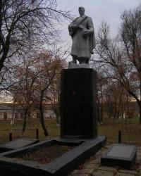 Братская могила и памятник воинам-односельчанам в с. Старовишневецкое