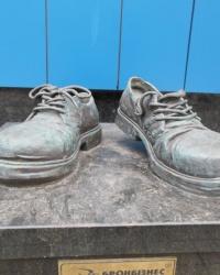 Памятник «Ботинки страхового агента»