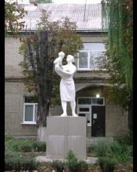 Скульптура матери и ребенка в г. Павлоград