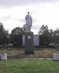 Мемориал погибшим односельчанам в с. Дерезоватое (Синельниковый р-н).